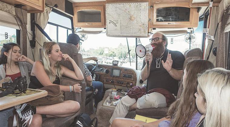 Usando una autocaravana como aula móvil para enseñar fotografía