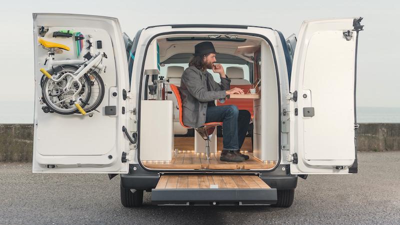 Concepto de oficina móvil en la furgoneta 100% eléctrica Nissan e-nv200